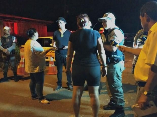 Parentes de presos aguardam informações do lado de fora do presídio (Foto: Quésia Melo/G1)