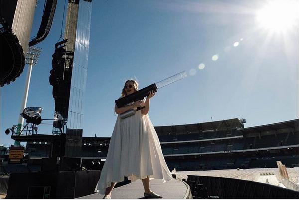 A cantora Adele brincando durante o ensaio de um show (Foto: Instagram)