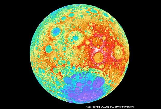 Nossa Lua, normalmente prateada, é vista como um arco-íris em um mapa topográfico. Aqui, as cores selecionadas artificialmente foram usadas para revelar a altura da paisagem nos lados mais distantes e mais próximos da Lua. Branco, vermelho e amarelo indicam terrenos mais altos, azul e roxo mostram as terras baixas (Foto: Nasa/GSFC/DLR/Arizona State University)