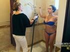 De biquíni, Kim Kardashian faz bronzeamento artificial
