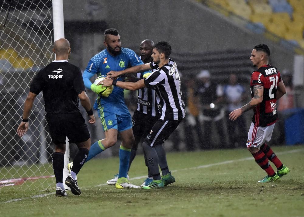 Alex Muralha retribui zoa��o de rivais: V�o acompanhar s� pela televis�o
