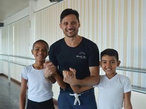Agesandro Rêgo (centro) é professor de balé dos dois amapaenses (Foto: Fabiana Figueiredo/G1)