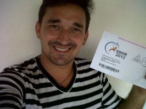 Cláudio Márcio Azevedo Cortez e o seu cartão de inscrição para o Enem (Foto: Cláudio Márcio Azevedo Cortez/VC no G1)