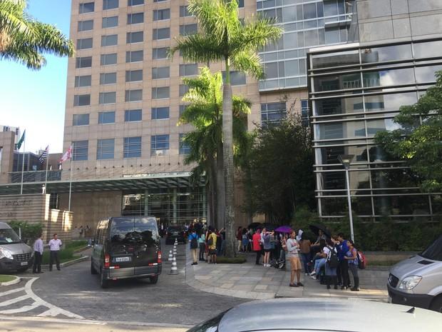 Fãs de Marina and the diamond e de Halsey, na porta do hotel (Foto: EGO)
