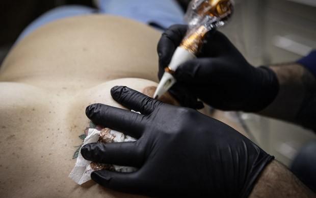 Tatuadores utilizam técnicas de pintura para mistura de cores (Foto: Caio Kenji/G1)