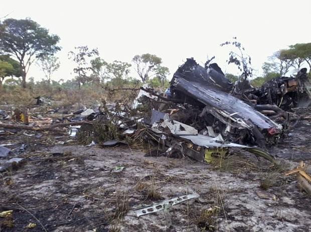 Destroços do avião acidentado na Namíbia em foto tirada neste sábado (30) (Foto: NAMPA, Olavi Haikera/AP)