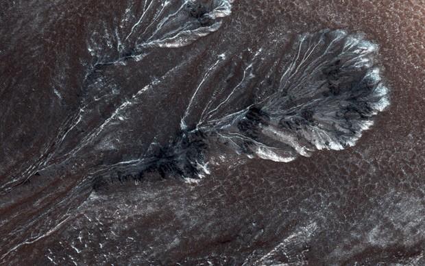 Imagem divulgada pela Nasa nesta quinta-feira (30) mostra montanhas de marte com 'neve' (Foto:  Reuters/NASA/JPL/University of Arizona)