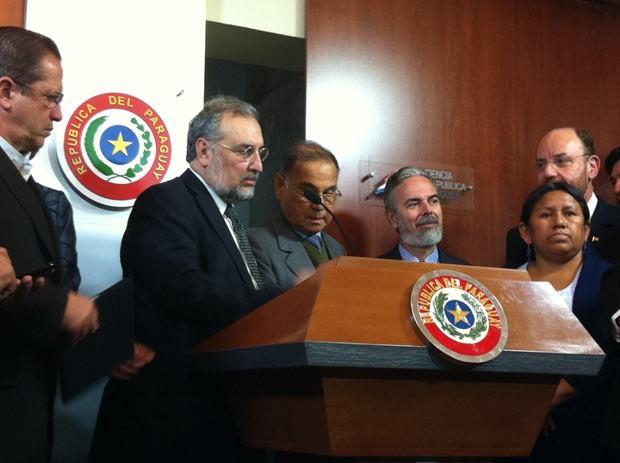 Chanceleres sul-americano divulgam comunicado sobre a crise paraguaia nesta sexta-feira (22) em Assunção (Foto: Amauri Arrai/G1)