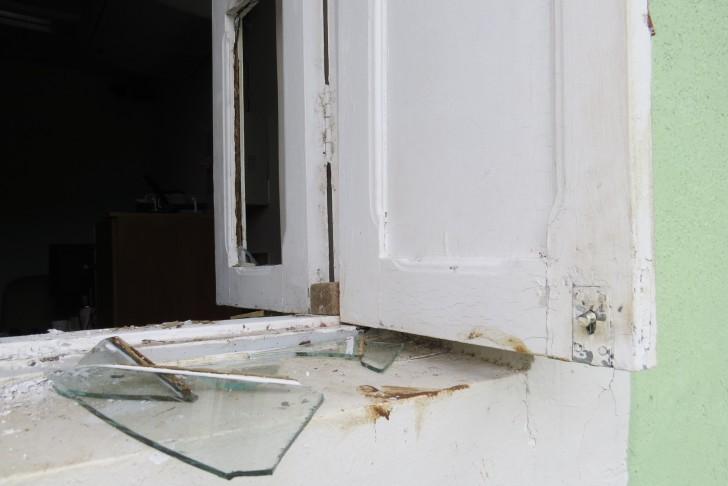 Furto janela quebrada
