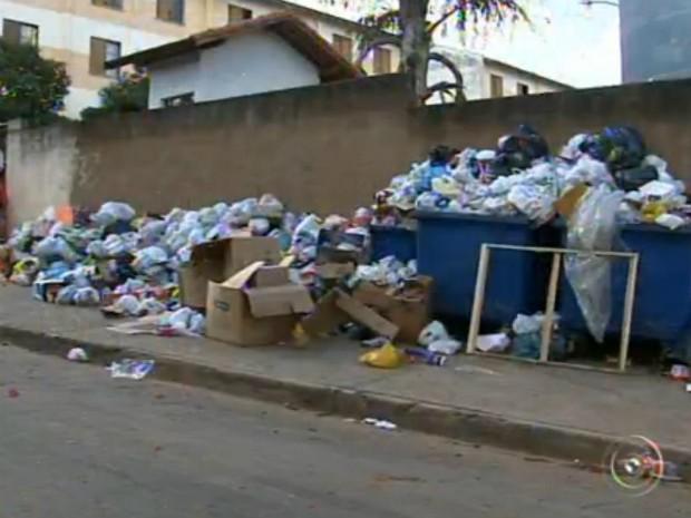 Moradores continuam reclamando da situação da coleta de lixo em Sorocaba (Foto: Reprodução / TV TEM)