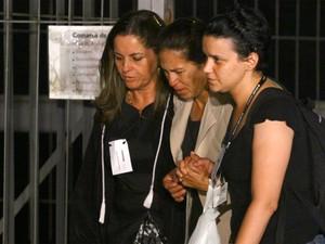 24.nov.2012 - Chorando, mãe de Eliza Samudio deixa o Fórum de Contagem e se diz 'aliviada' (Foto: Maurício Vieira/G1)