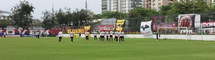 Time trabalha a bola parada durante treino na Gávea (Foto: Fred Gomes/GloboEsporte.com)