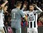 Torcida do Guingamp joga bolas de papel em goleiro na vitória do Rennes