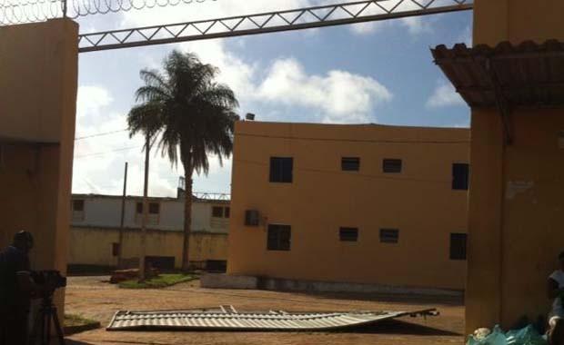 Portão foi derrubado após colisão de carro, no Centro de Detenção Provisória de Pedrinhas (Foto: Giovanni Spinucci/TV Mirante)