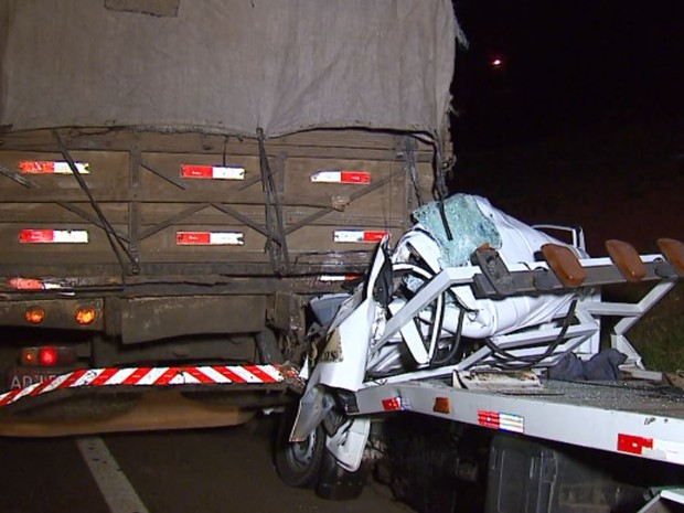Colisão entre guincho e caminhão na Rodovia Washington Luís deixa um morto em Araraquara (Foto: Felipe Lazzarotto/ EPTV)