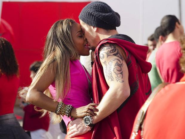Amor bandido: Vanúbia e Beto se agarram durante a procissão (Foto: Salve Jorge/TV Globo)