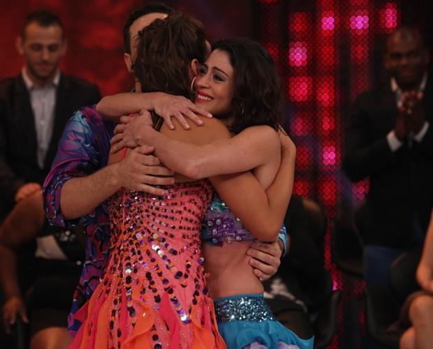 Carol Castro abraça Bruna Marquezine no palco (Foto: Domingão do Faustão / TV Globo)