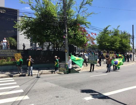 Manifestantes em frente a Superintendência da Polícia Federal apoiam o juiz Sergio Moro  (Foto: Reprodução)