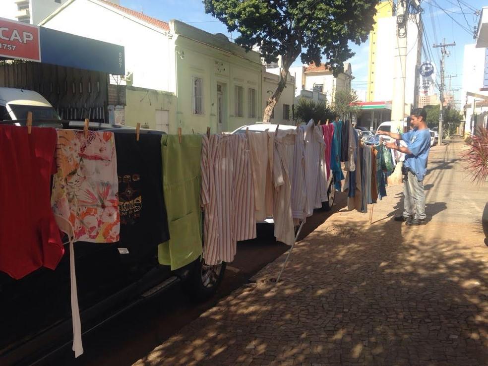 Varal Solidário arrecada roupas para pessoas carentes (Foto: Divulgação/Deep Laser)