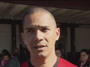 Filho do homem morto em Vicente de Carvalho, Guarujá (Foto: reprodução/Tv Tribuna)