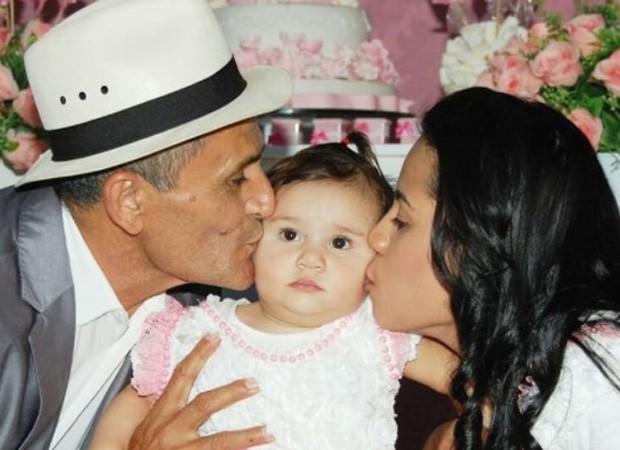 Stefhany Cardoso com a filha, Deborah Esther, e o marido, Roberto Cardoso (Foto: Reprodução/Instagram)