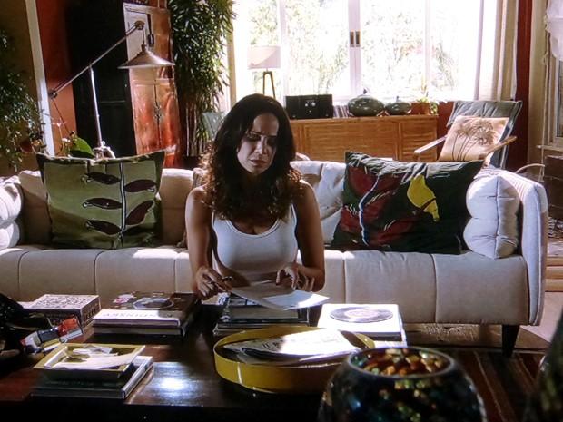 Juliana vê os papéis sobre a mesa e não hesita em assinar os documentos (Foto: Em Família/TV Globo)