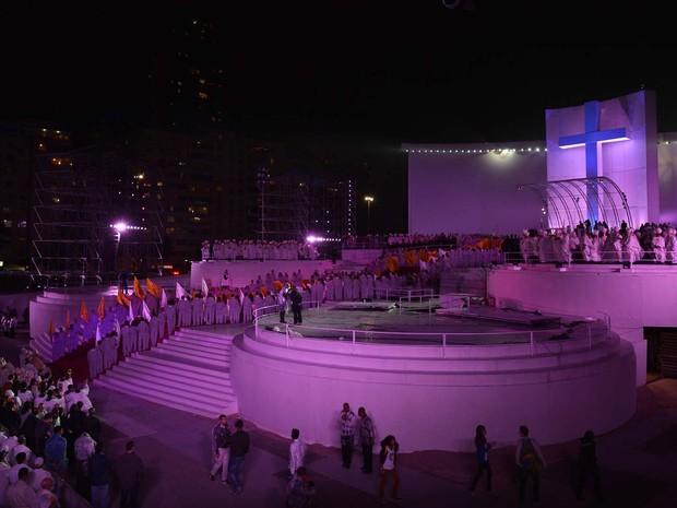 Palco em Copacabana recebeu iluminação especial na noite de terça (Foto: Gabriel Bouys/AFP)
