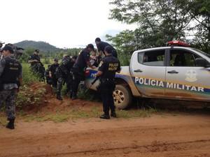 Policiais resgatam suspeito morto em troca de tiros. (Foto: Eliete Marques)