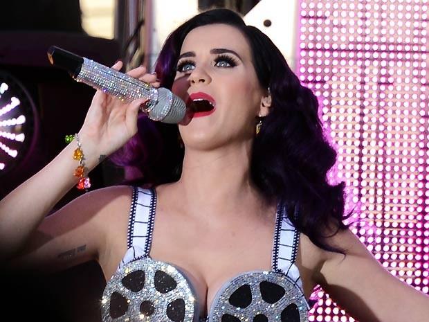 A cantora Katy Perry se apresenta para convidados em Hollywood, na Califórnia, pouco antes da pré-estreia do documentário 'Part of me' (Foto: AFP)
