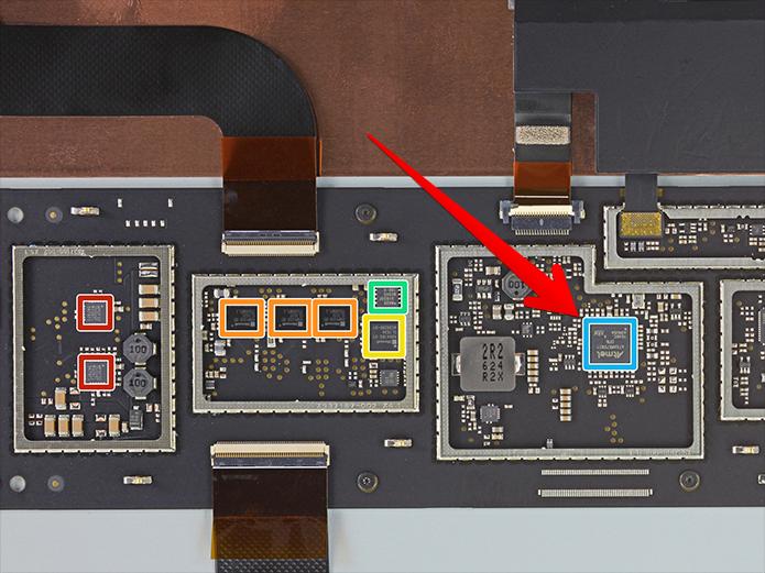 O Cortex M7, em destaque, opera como um dos controladores da tela do Surface Studio (Foto: Reprodução/iFixIt)