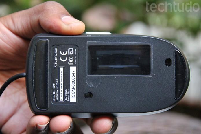A tela de digitalização se localiza na parte traseira do mouse (Foto: Carol Danelli/TechTudo)