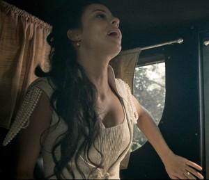 Assim que avista corpo, Joaquina manda charrete parar (Foto: TV Globo)