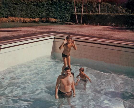 3   Marcelo nos ombros do pai, na piscina (Foto: Acervo da Família)