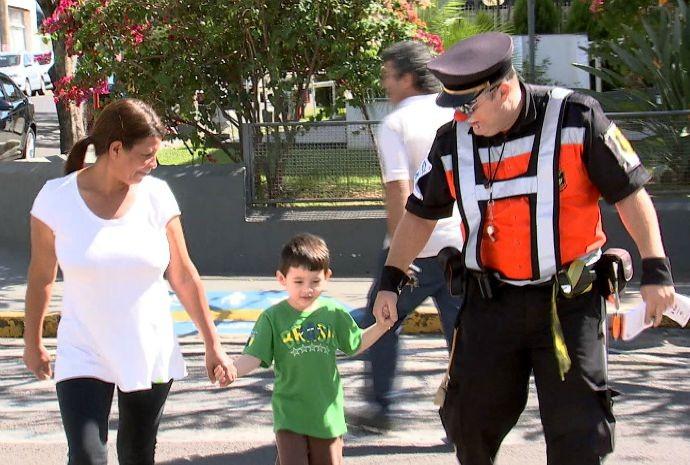 Sóstenes trabalha no trânsito, auxiliando e divertindo os cidadãos (Foto: Reprodução / TV TEM)