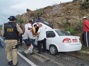 Um dos carros teria perdido o controle na curva e colidido frontalmente com outro veículo (Foto: Divulgação/PRF)