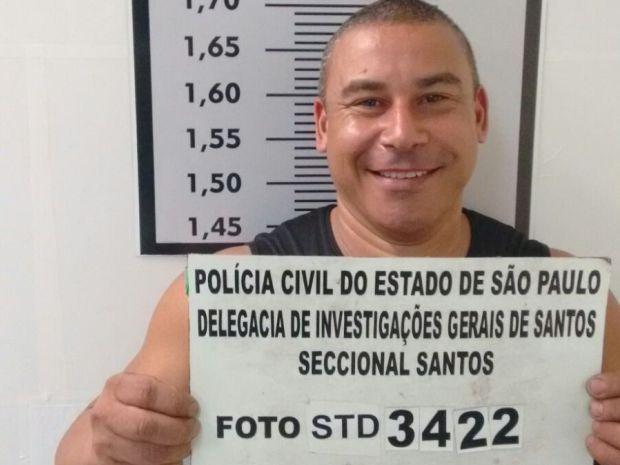 Home debocha de policiais durante foto em DP de Santos, SP (Foto: G1)