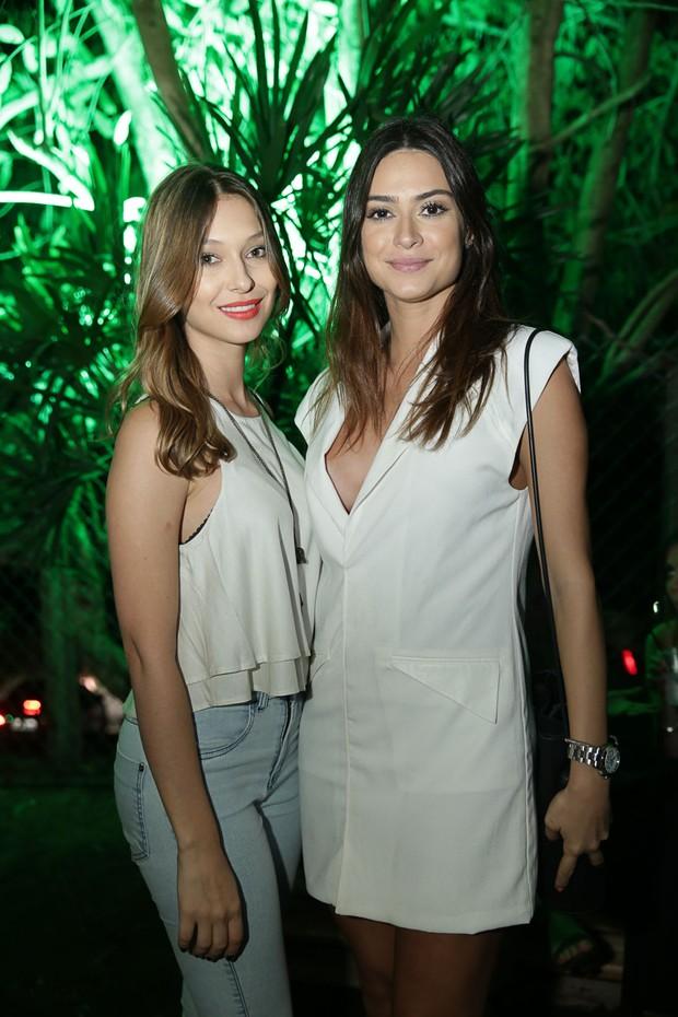 Thaila Ayala com amiga (Foto: Miguel Sá/ Divulgação)