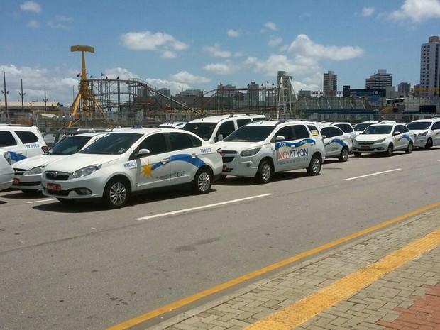 Protesto contra chegada do Uber reuniu dezenas de taxistas em Natal  (Foto: Netto Silva)
