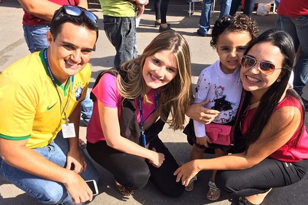 Equipe da TV Integração de Divinópolis marco presença no 'Integração Bairro'.  (Foto: Felipe Cruz)