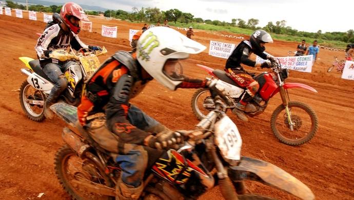 Pilotos do motocross também deram um show de manobaras, em Porto Nacional (Foto: Manoel Lima/Divulgação FTA)