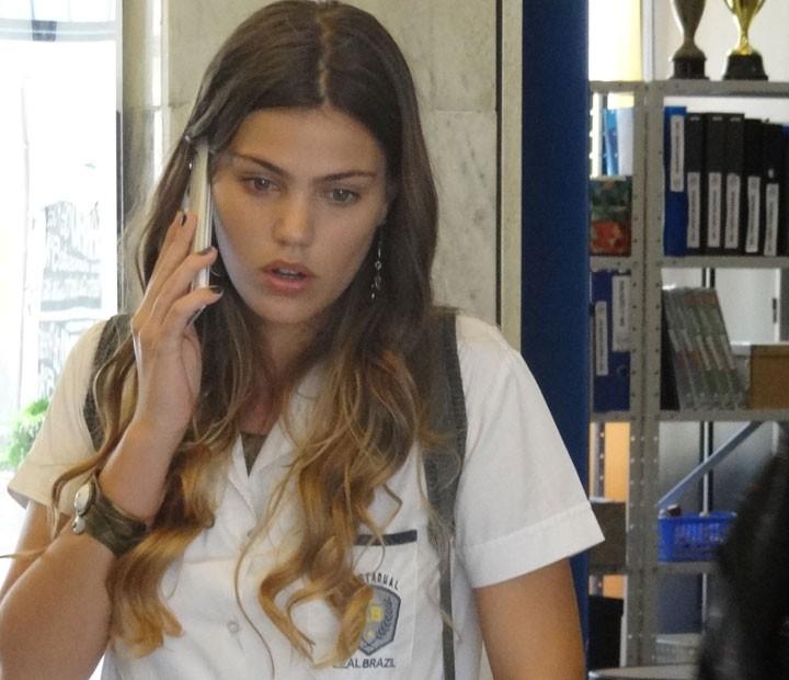 Alina toma um baita susto com a ligação do delegado (Foto: Annelise Gomes/Gshow)