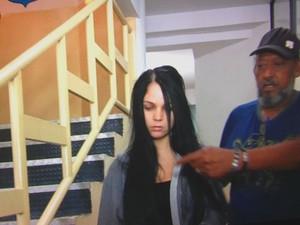 Falsa biomédica Raquel Policena presta depoimento sobre aplicações para aumentar bumbum em Goiânia, Goiás (Foto: Reprodução/TV Anhanguera)