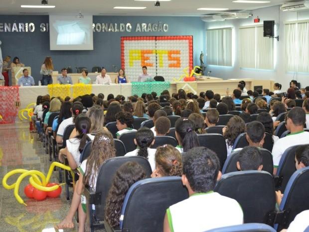 Entrega de certificados foi feita na Câmara de Vereadores de Cacoal (Foto: Magda Oliveira/ G1)