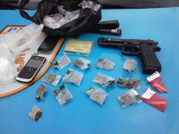 Operação em Volta Redonda prende cinco pessoas suspeitas de tráfico e apreende drogas (Foto: Alysson Costa/TV Rio Sul)