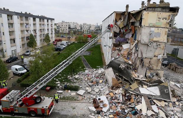 Bombeiros trabalham para remover escombros após desabamento em Reims (Foto: Francois Nascimbeni/AFP)