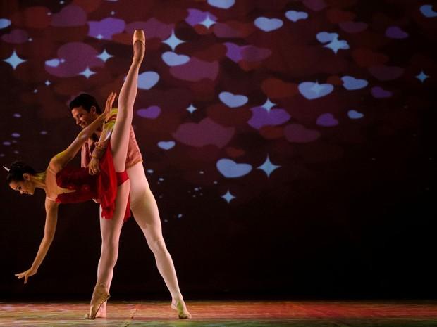 No palco, 50 bailarinos dançam músicas do Rei (Foto: Francisco Mesquita/Divulgação)
