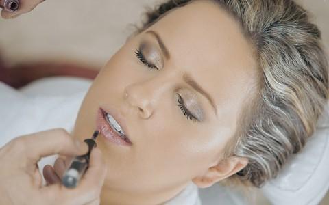 Maquiagem para deixar a pele 'bronzeada': Torquatto combina base e corretivos certos