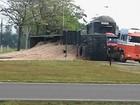 Caminhão tomba no trevo de Bariri e carga fica espalhada  na pista