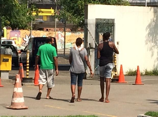 Simone (à direita) saiu do IML desolada por não conseguir liberação imediata do corpo de Edilson (Foto: Daniel Silveira / G1)