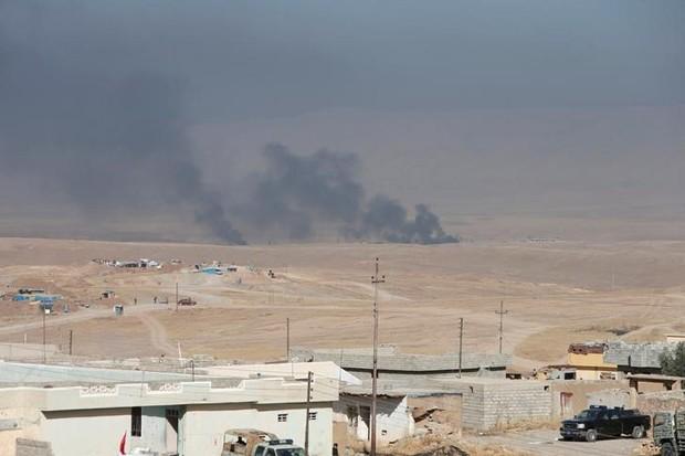 Fumaça é vista em Mossul durante confronto de forças iraquianas com Estado Islâmico (Foto: Azad Lashkari/Reuters)